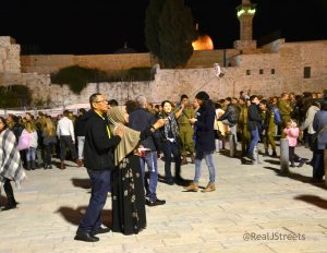 Selife by Muslim couple at Kotel tekes for IDF