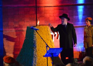 RAv Lau lighting memorial torch at Yad Vashem