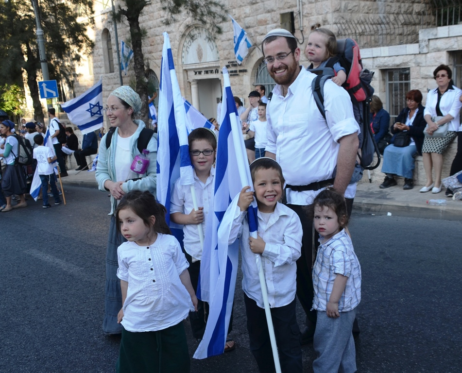Yom Yerushalayim family in march with flags