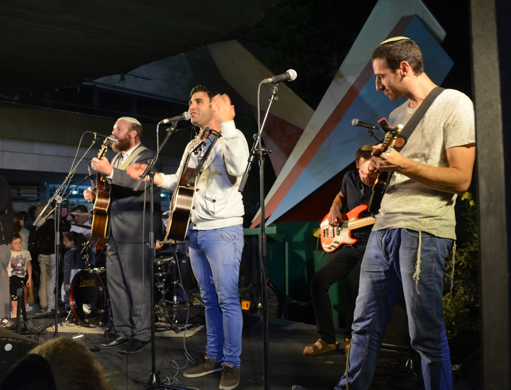 Shlomo Katz and Solomon Brothers performed for second hakafos in Jerusalem