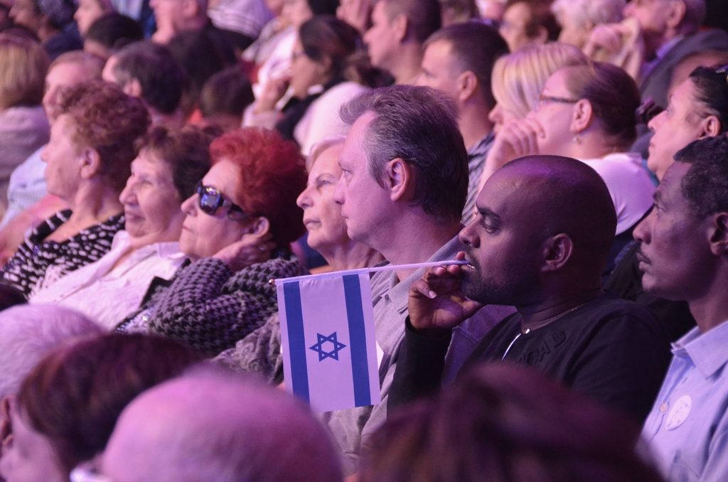 Man in audience with small Israel i flag