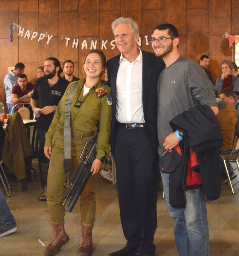Thanksgiving dinner for lone soldiers, Michael Oren poses for photo with two
