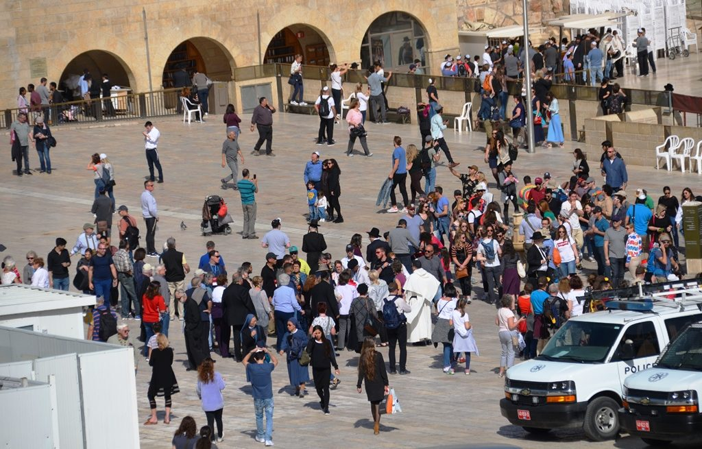Crowd at Kotel on Friday summer like day