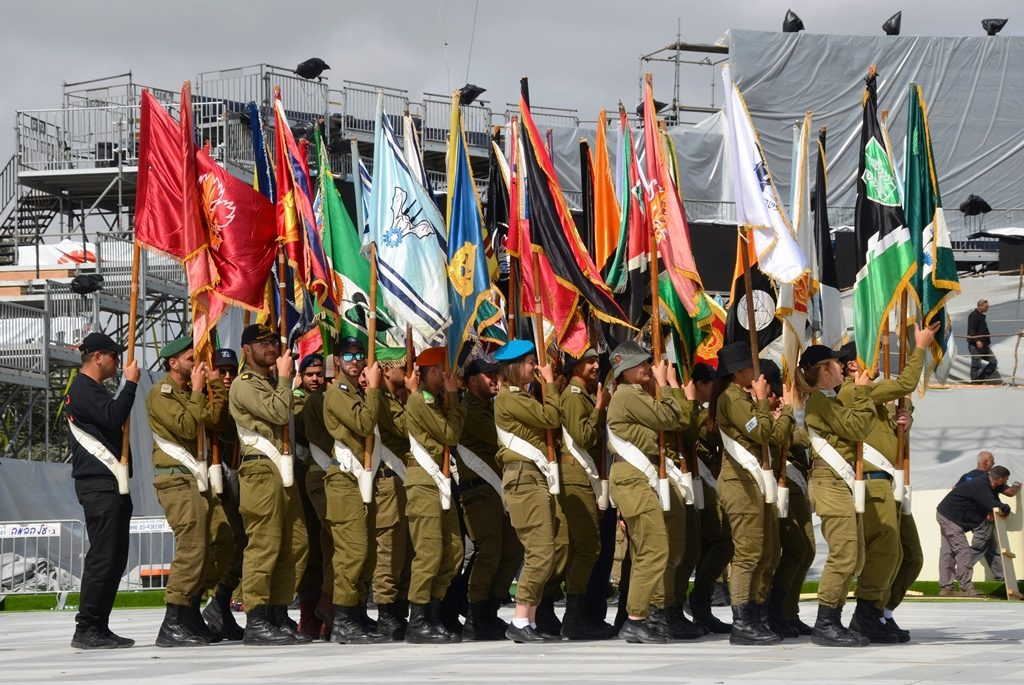 Har Herzl Ceremony rehearsal soldiers in uniform with flags
