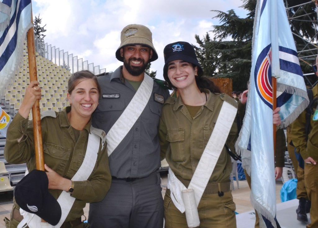 Israeli soldiers in uniform pose for photo