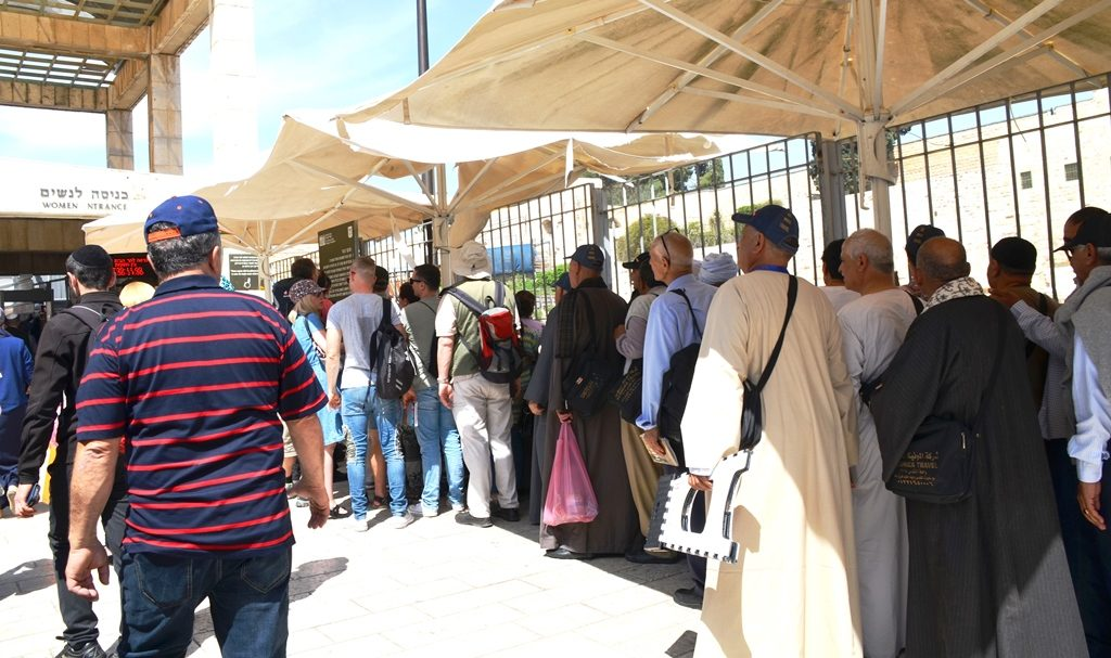 Visitors line up to go to Temple Mount on Passover afternoon