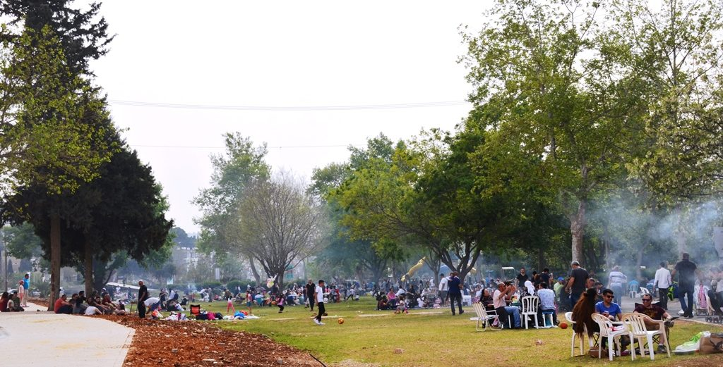 Jerusalem park on Pesach with people eating and grilling