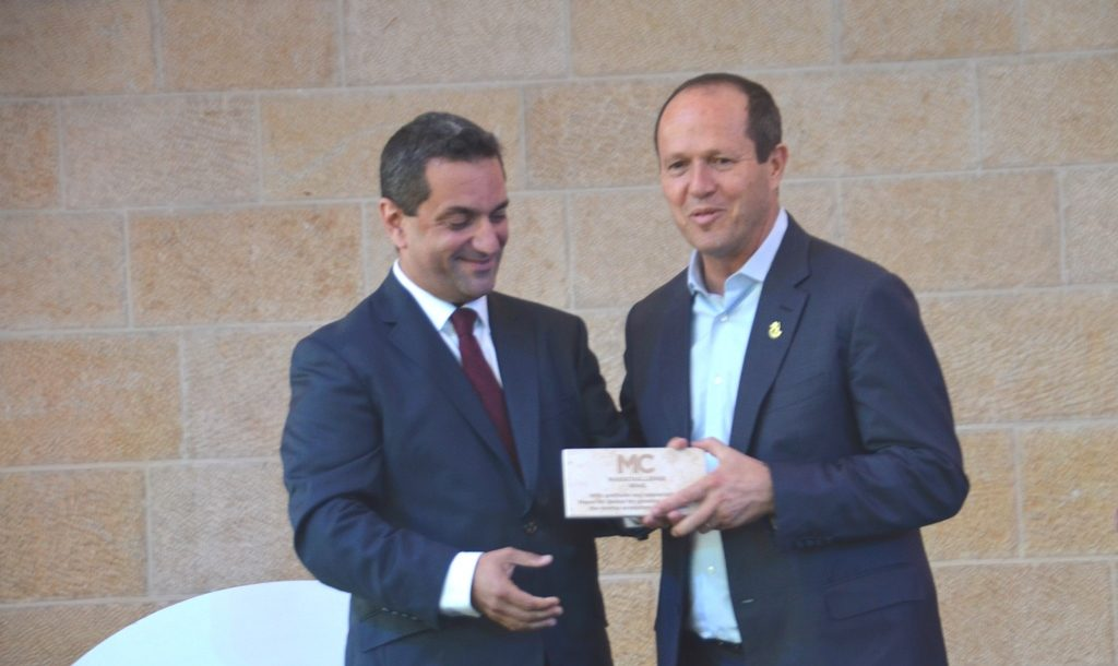 Mass Challenge Finale Mayor NIr Barkat receiving award Israel Ganot