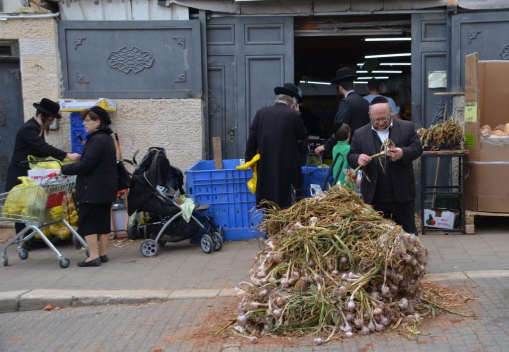 Piles of fresh garlic on street before Pesach