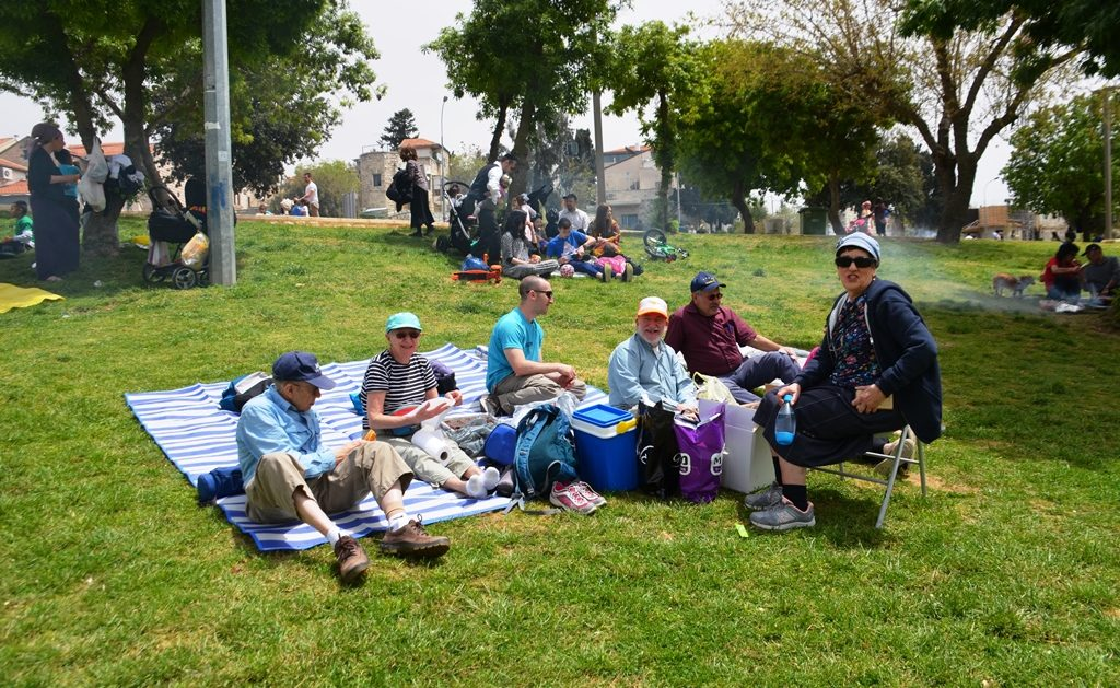 Gan Sacher picnickers on Pesach in Jerusalem park