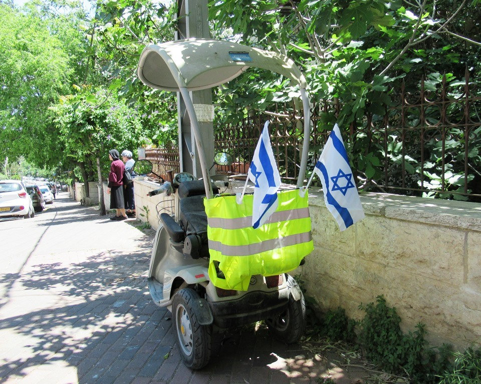 Israeli flags on private vehicle