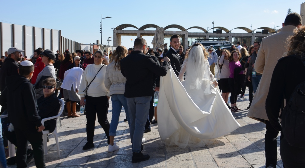 Wedding on Hanuka and couple gets photos at Kotel
