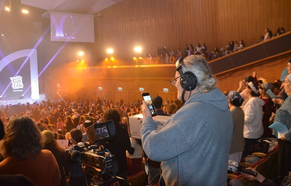 Koolulam at ICC for Women's Siyum HaShas man taking photos