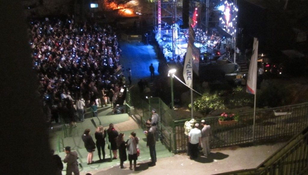 Crowd and stage in Sultan's Pool for night of music on Yom Hazikaron