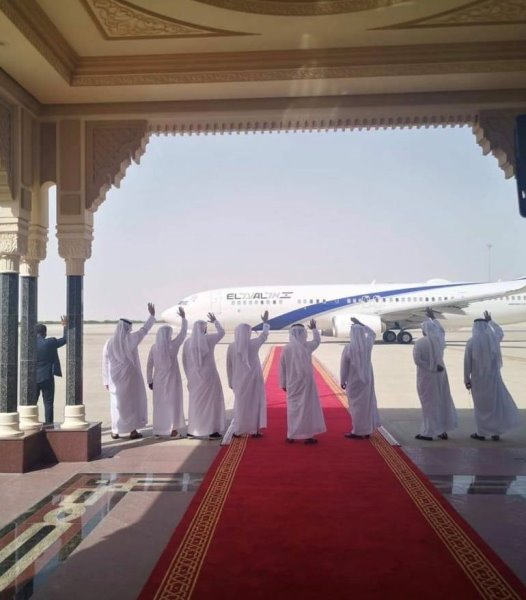 El Al photo of UAE waving good bye to US and Israeli delegation