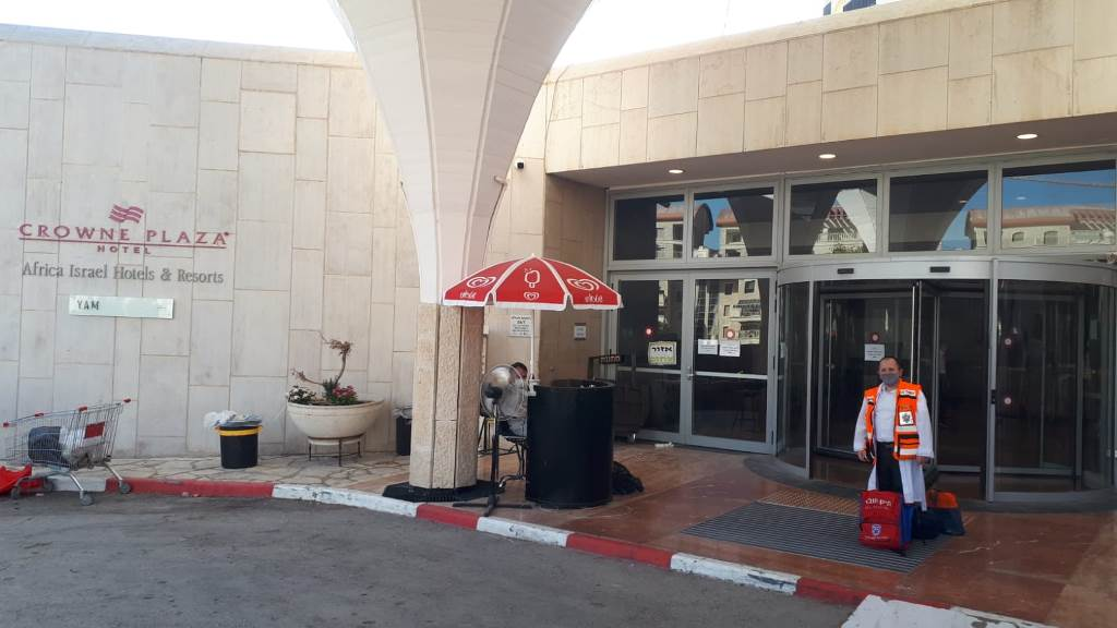 This image has an empty alt attribute; its file name is Yossi-Refaeli-outside-the-Crown-Plaza-Hotel-on-Erev-Yom-Kippur-b.jpeg