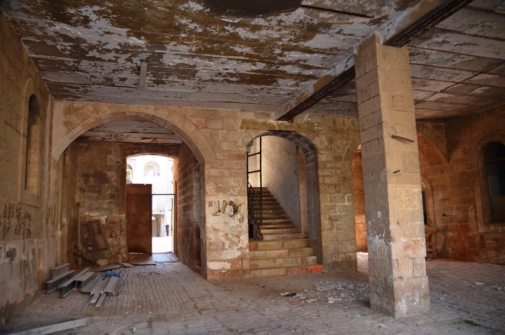 Room in need of repair Schneller