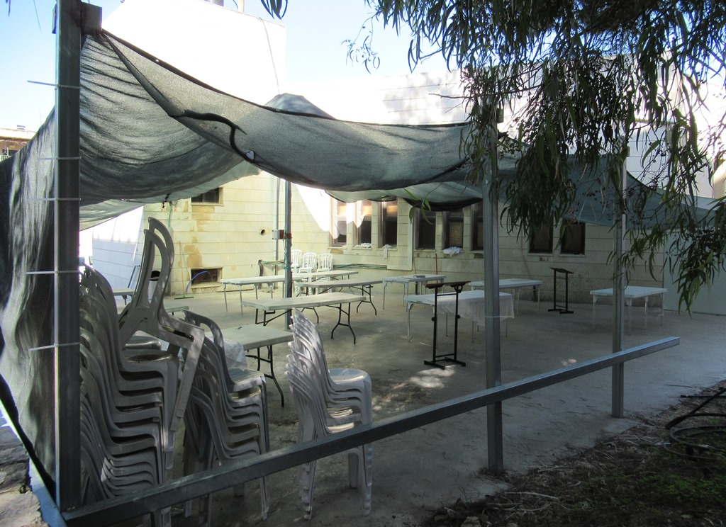 This image has an empty alt attribute; its file name is Jerusalem-synagogue-sets-up-area-outside.jpg