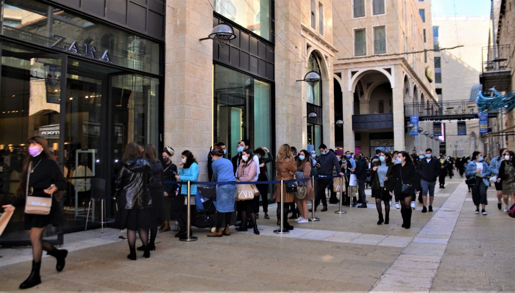 Black Friday lines to shop in ZARA in Mamilla Mall loosening of corona restricitons.